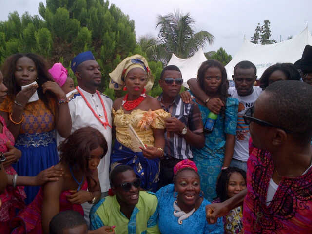 The Couple Poses With FETHA Members n Alumni